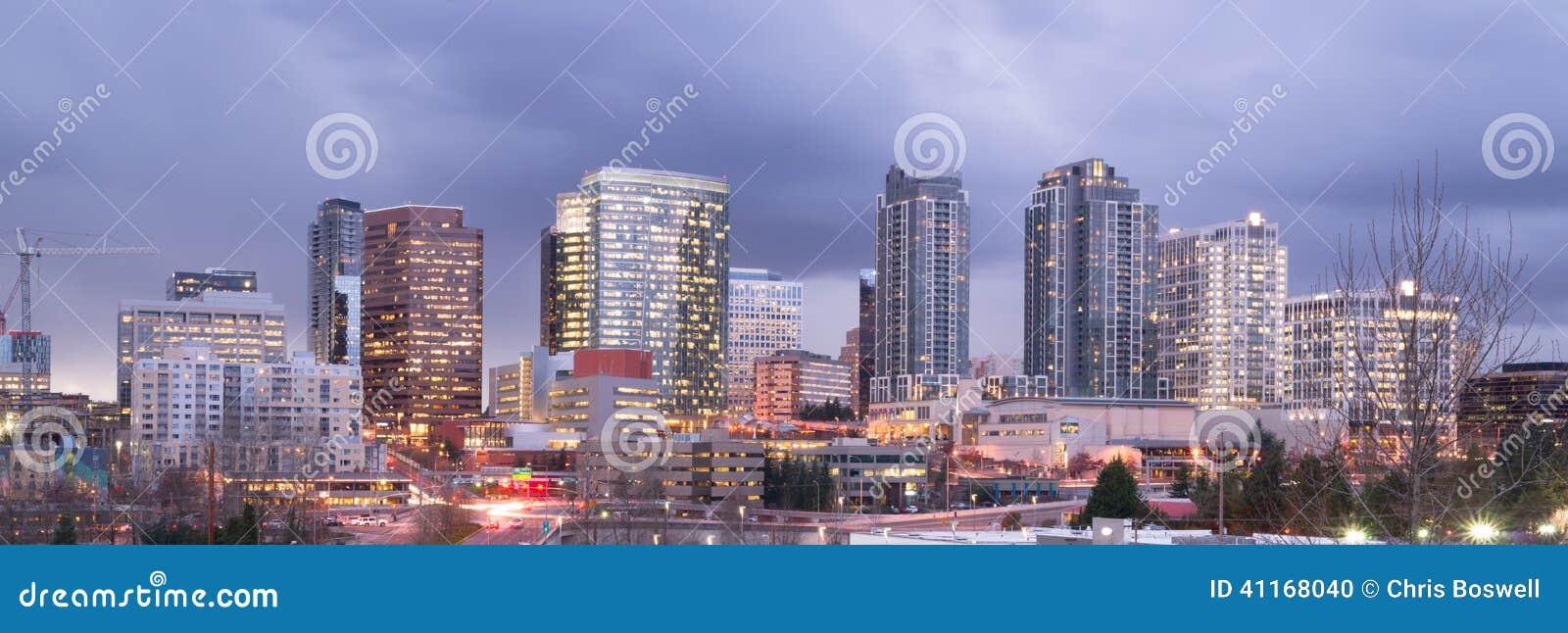 Jaskrawej światła miasta linii horyzontu Bellevue Waszyngton W centrum usa