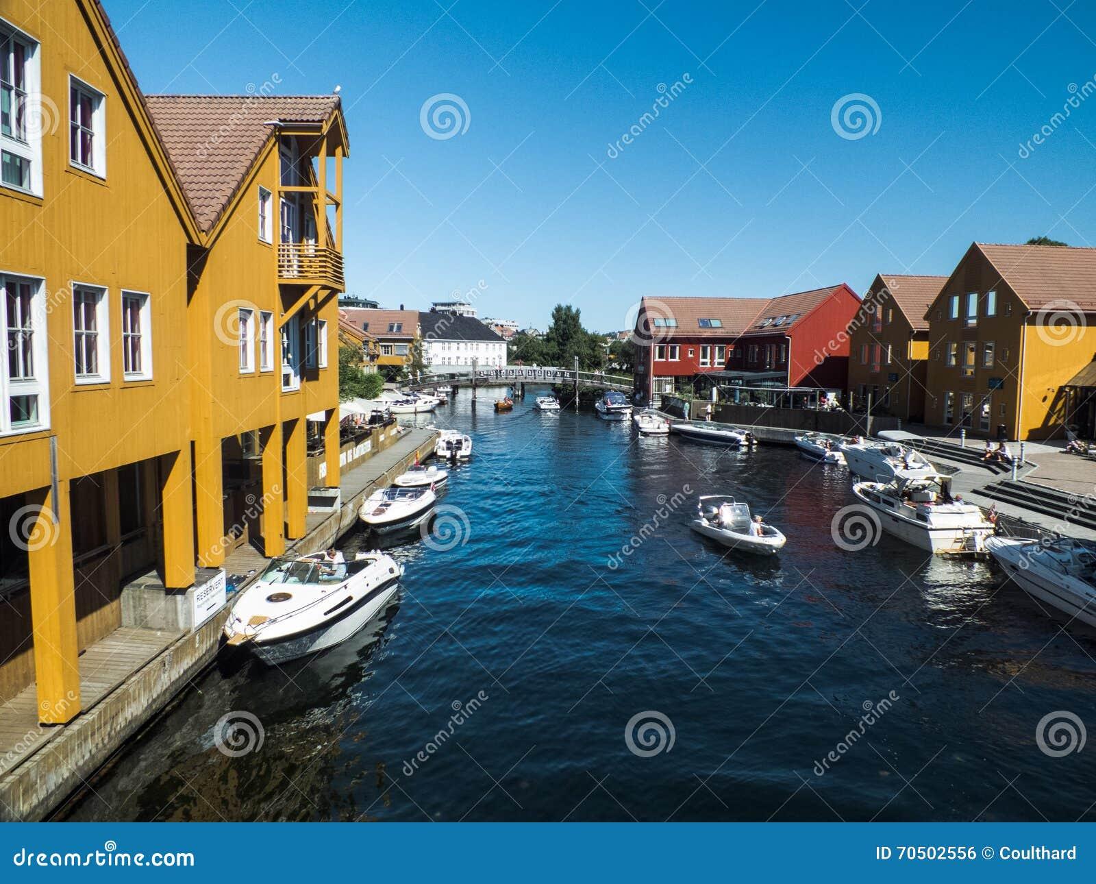 Jaskrawi coloured domy w Kristiansand, Norwegia