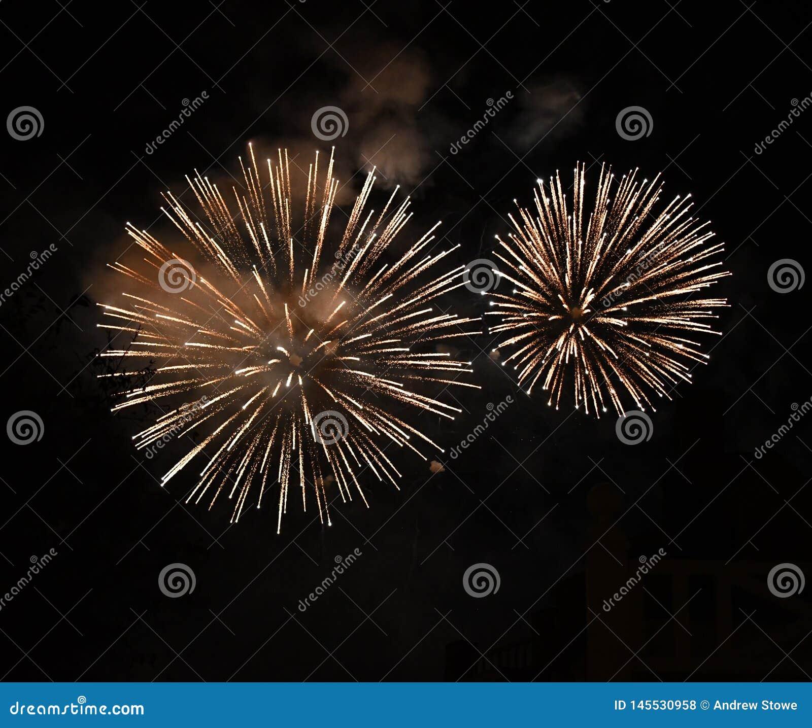 Jaskrawi duzi fajerwerki w niebie