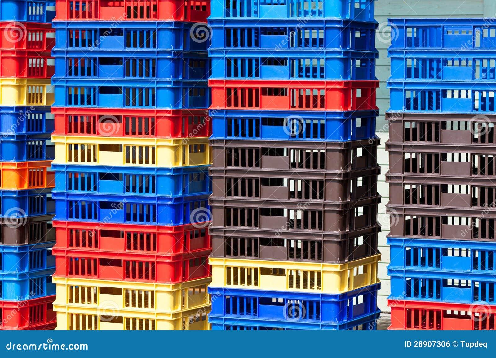 Jaskrawi kolorów Plastikowych zbiorników stosy - II