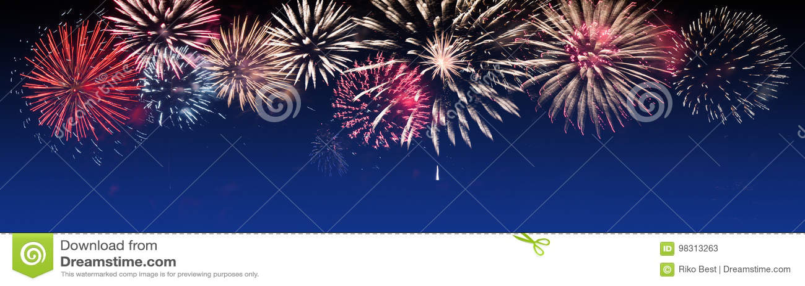 Jaskrawy Kolorowi fajerwerki na mrocznym tle - partyjny świętowanie