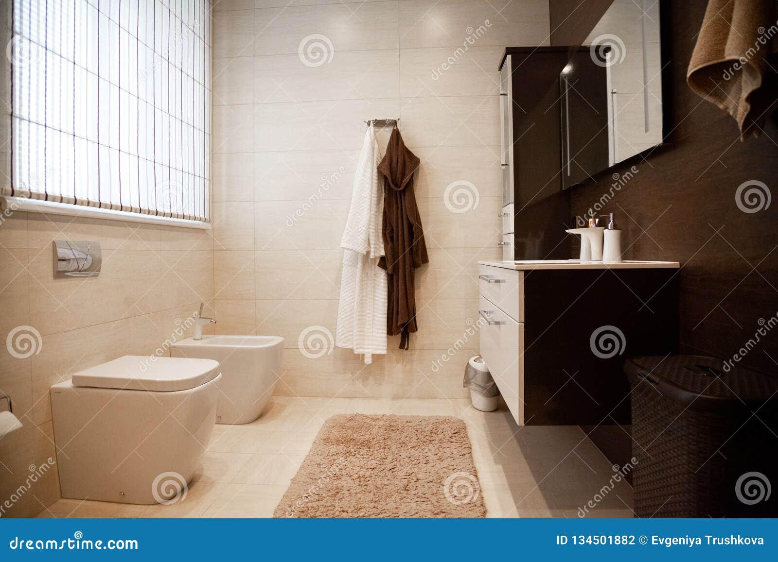 Jaskrawy nowy łazienki wnętrze z szklanym spacerem w prysznic obwódce, brąz bezcelowości gabinet i dobierać do pary z mozaiki pły