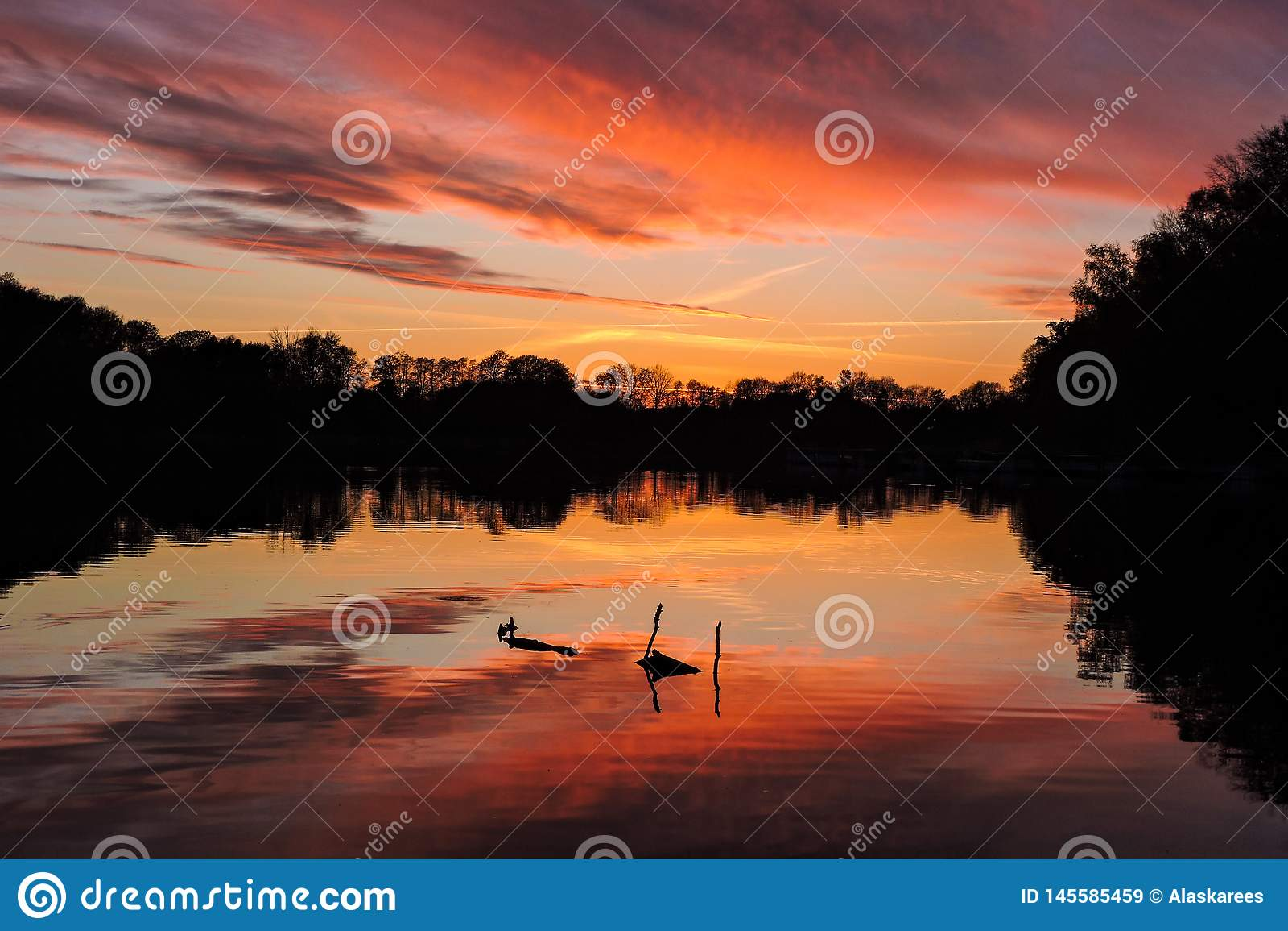 Jaskrawy odbijający zmierzch na jeziorze