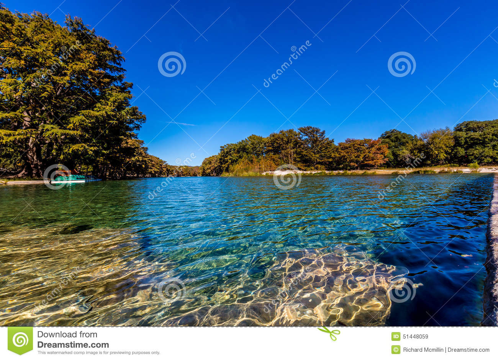 Jaskrawy Piękny spadku ulistnienie na krysztale - jasna Frio rzeka