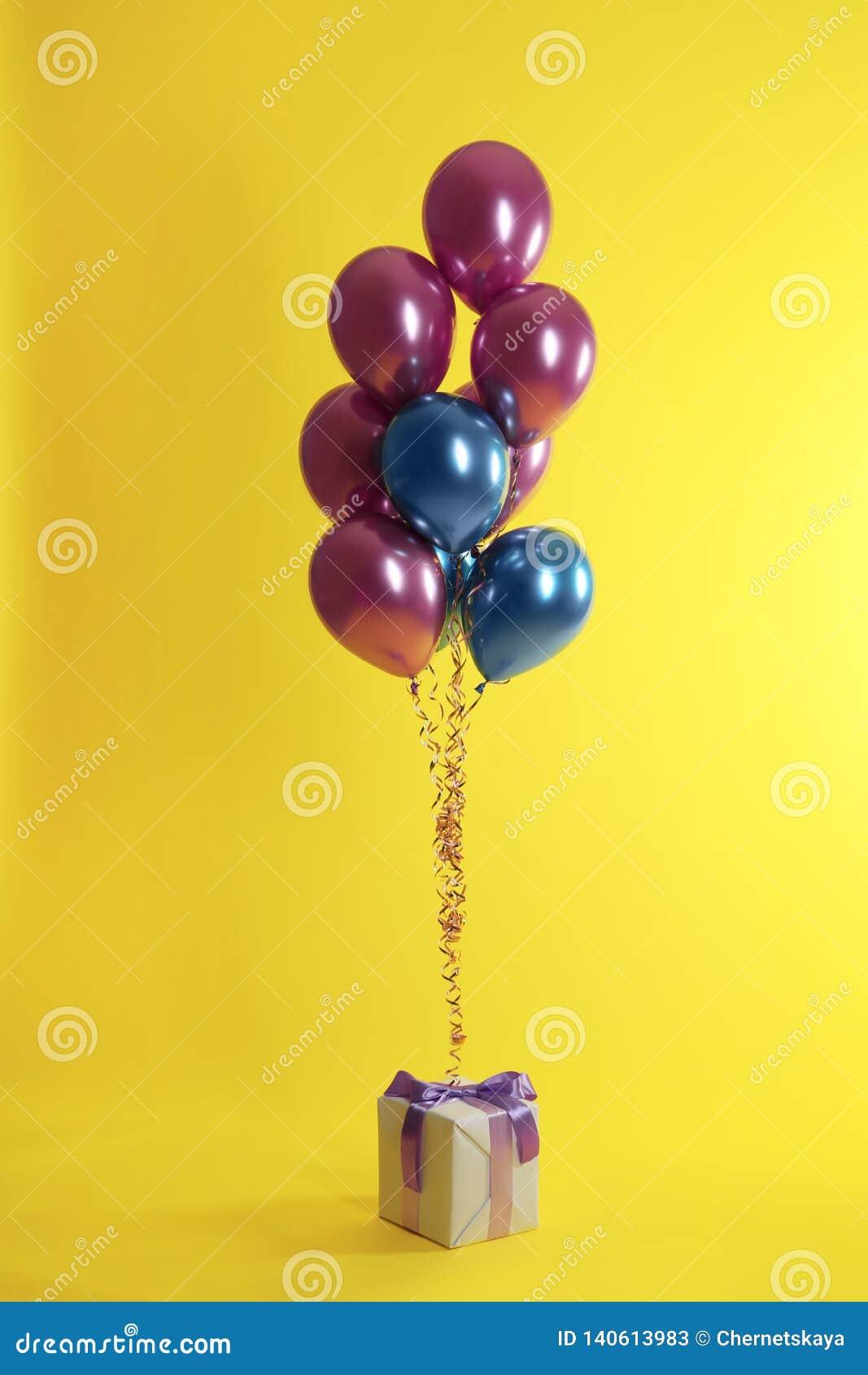 Jaskrawy prezenta pudełko i balony