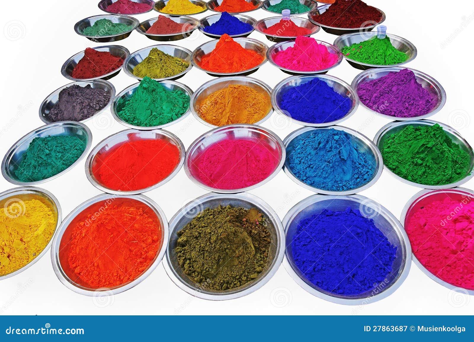 Jaskrawy suszy farbę w talerzach.