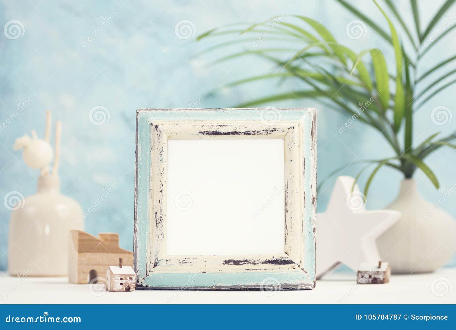 Jaskrawy tropikalny egzamin próbny up z rocznik białą i błękitną fotografii ramą, palma opuszcza w wazie i domowym wystroju przec