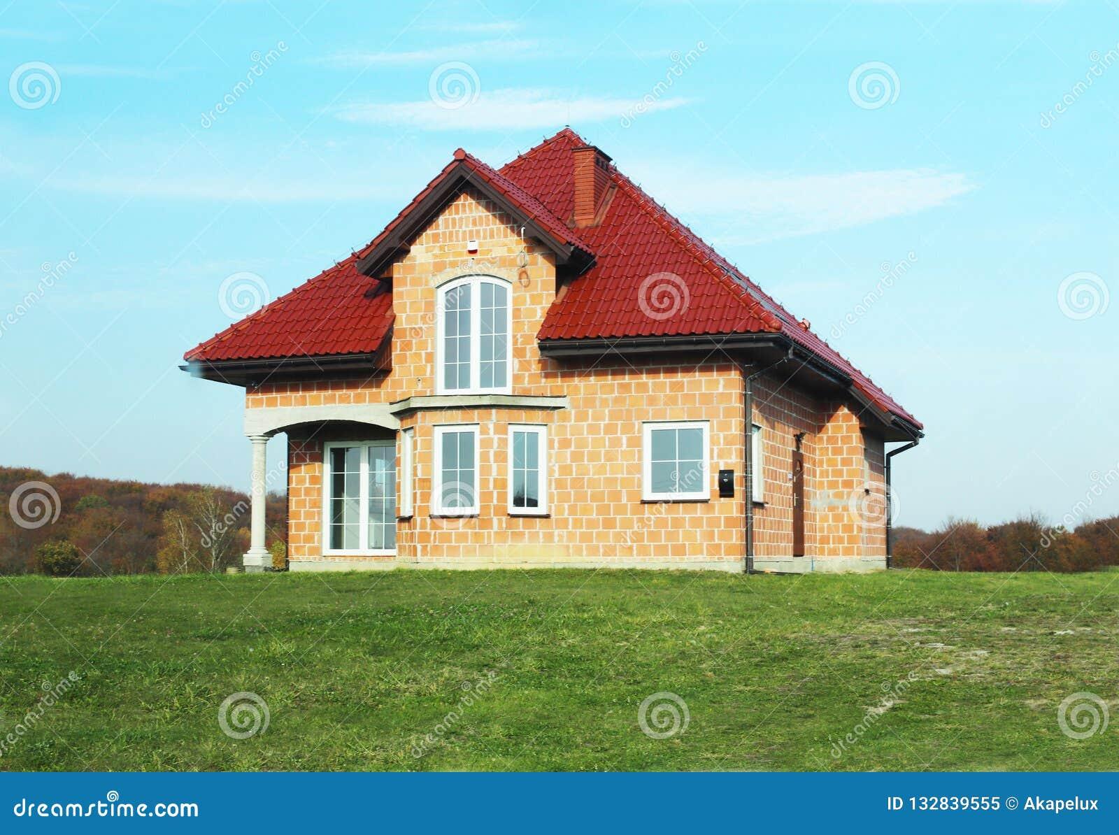 Jaslo Polen - 7 8 2018: Modern design av ett litet singel-familj hus som lokaliseras i en landsbygd Planlägga byggnader och lands