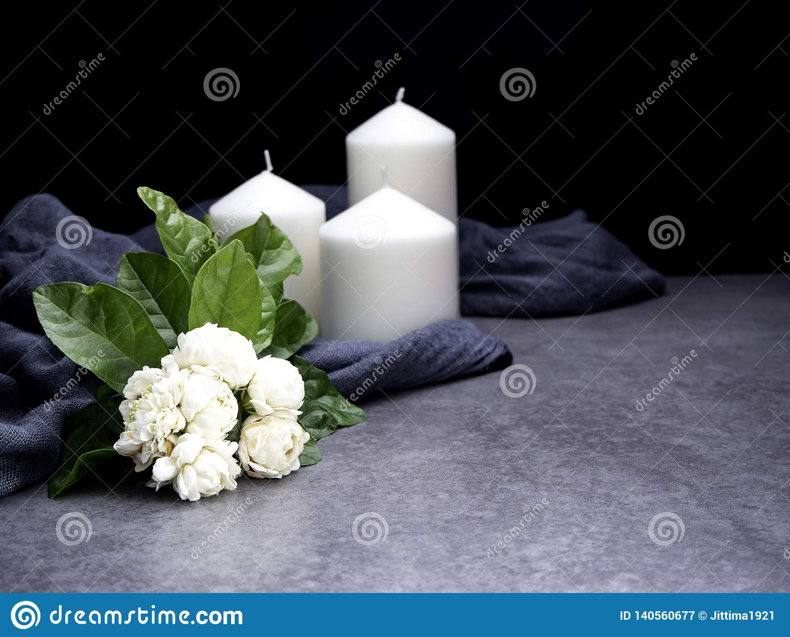 Jasmin et bougies sur le fond foncé