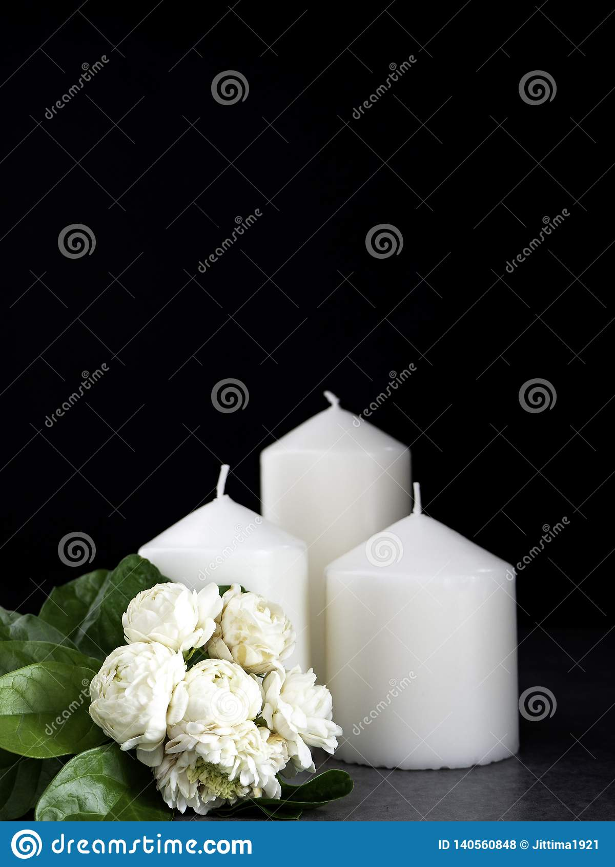 Jasmin och stearinljus på mörk bakgrund