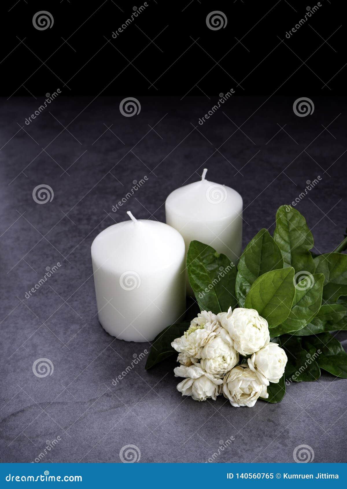 Jasmin und Kerzen auf dunklem Hintergrund