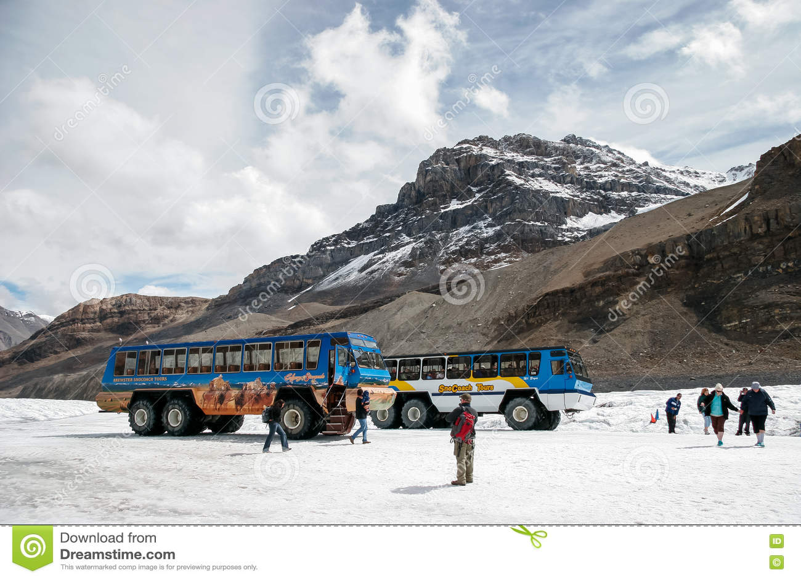 JASPE, ALBERTA/CANADA - 9 DE AGOSTO: Coches de la nieve parqueados en la A