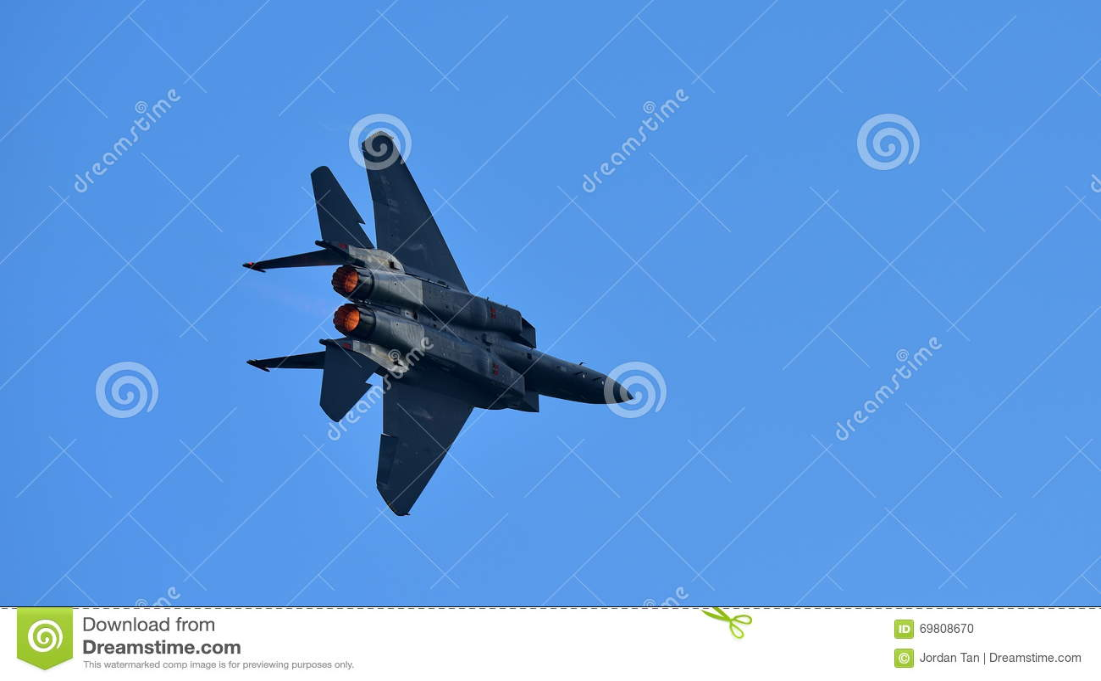 Jato do figher de RSAF F-15SG que executa acrobacias em Singapura Airshow