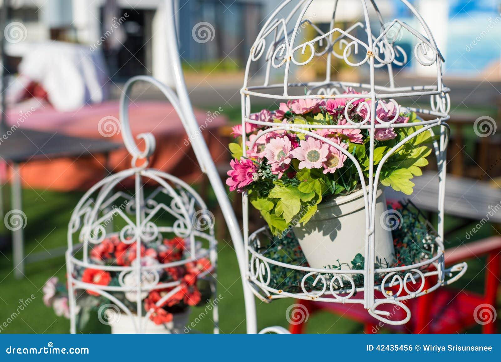 Jaula decorativa con las flores