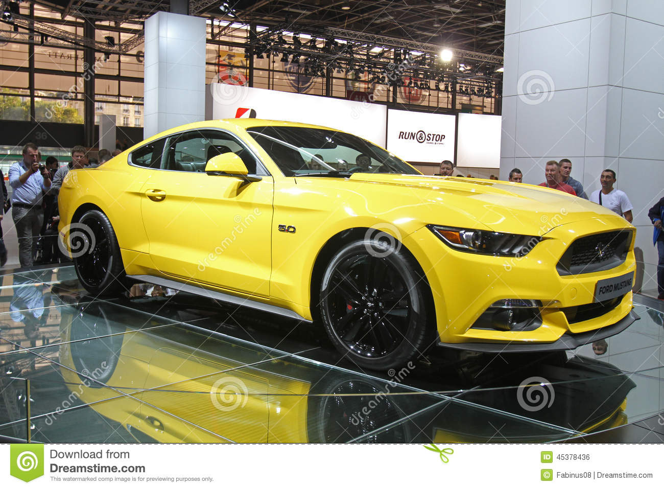 jaune ford mustang 2015 au salon de l 39 auto de paris photo ditorial image 45378436. Black Bedroom Furniture Sets. Home Design Ideas