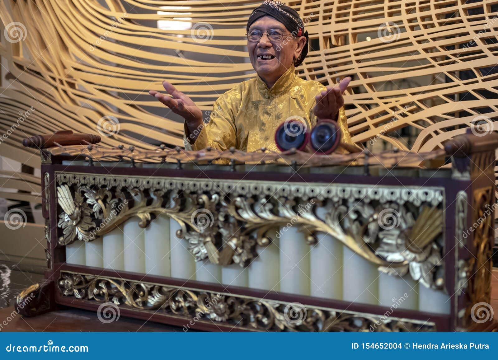 Jawajski mężczyzna bawić się slenthem, Jawajski tradycyjny muzyczny instrument