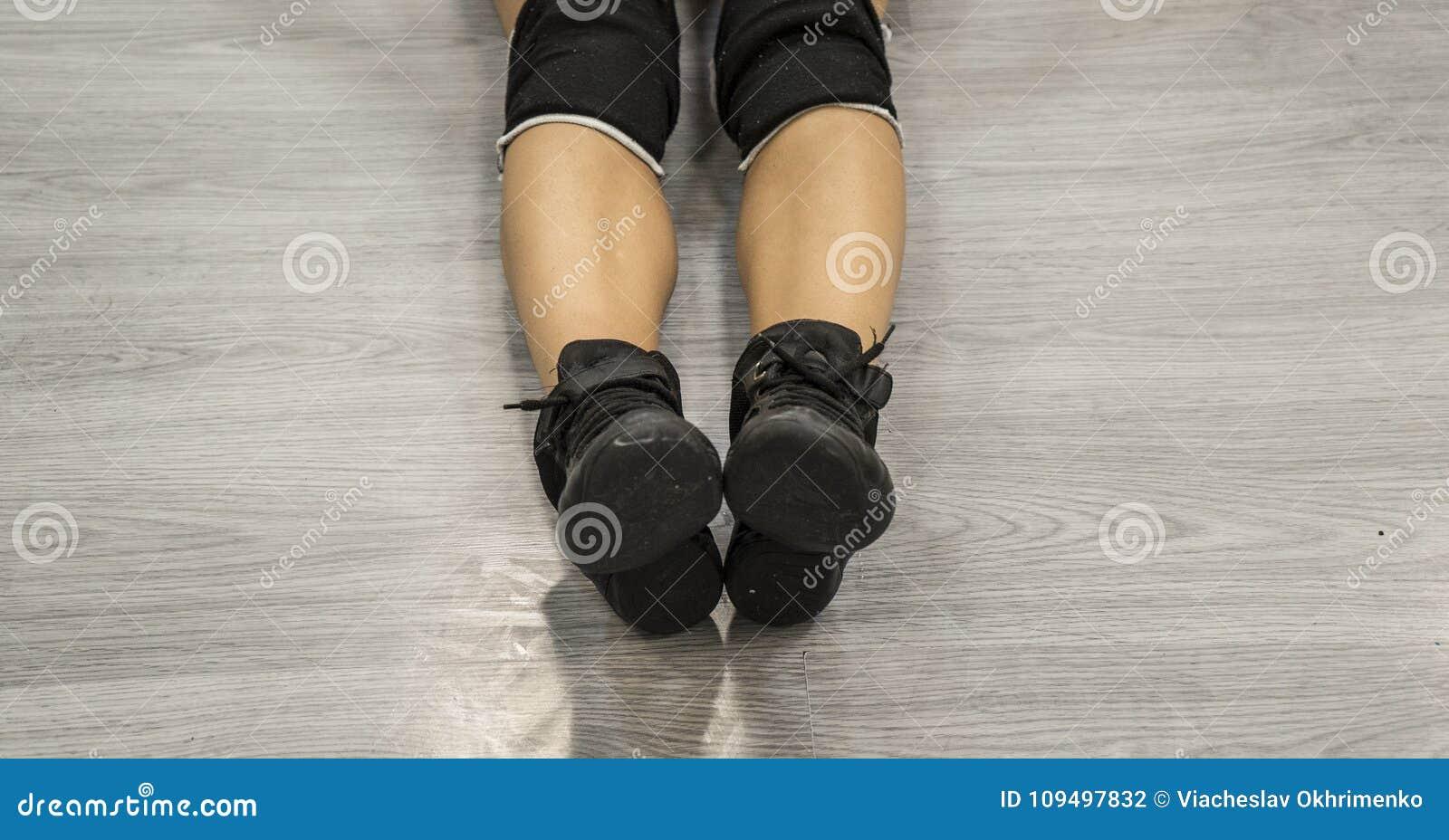 Jazzschuhe Schwarze Schuhe auf Frauen ` s Beinen Tanzschuhe Schwarzes snea