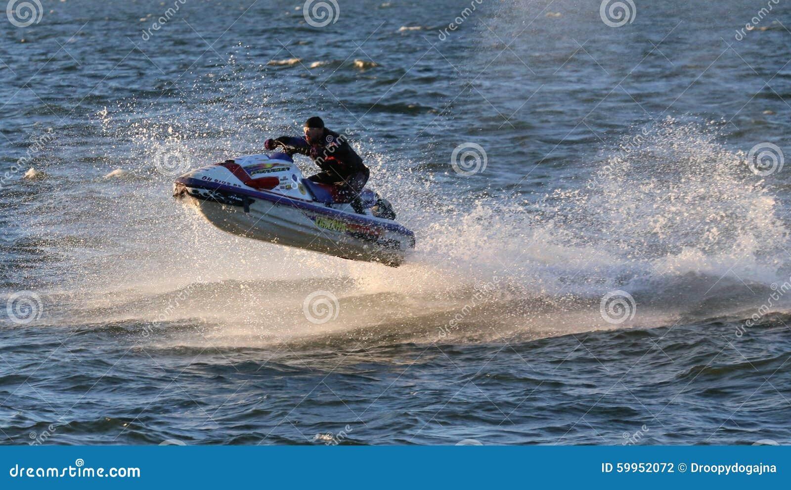 Jeździec lata przez wodę