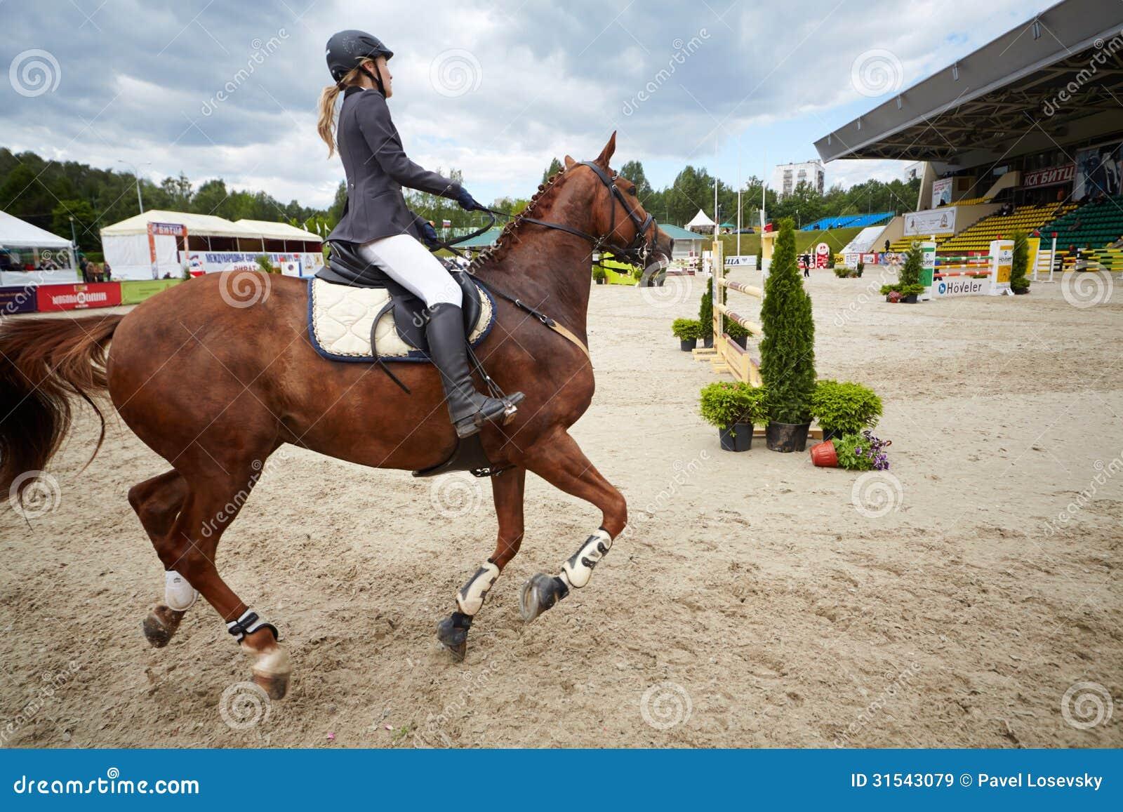 Jeździec na koniu skacze CSI3 Vivat przy rywalizacjami w przedstawieniu