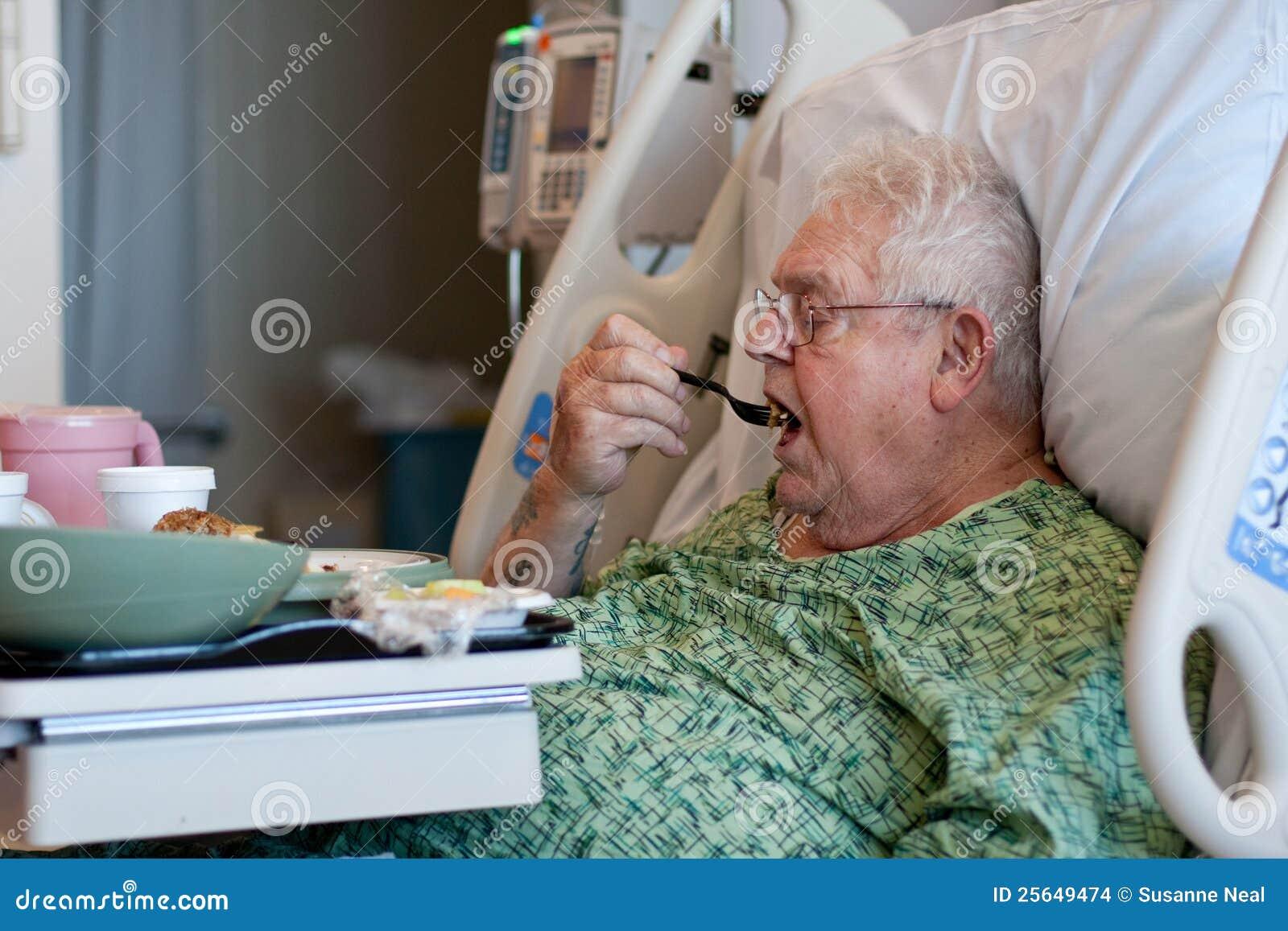 Je starszego szpitalnego lunchu samiec pacjenta
