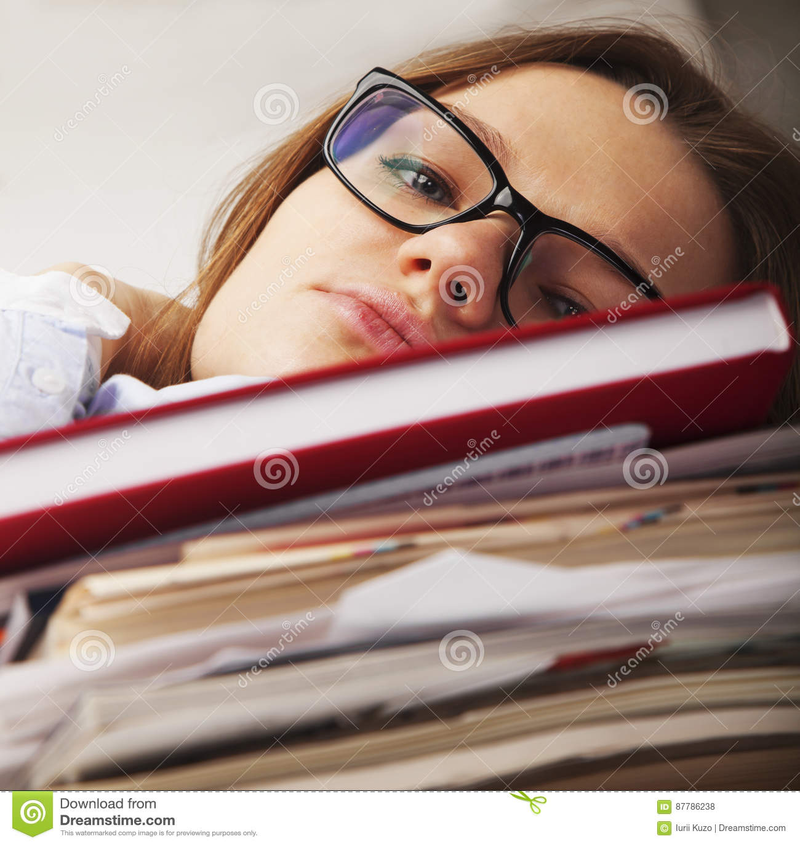 Je veux dormir La jeune femme d affaires a fatigué de l esprit de travail de bureau