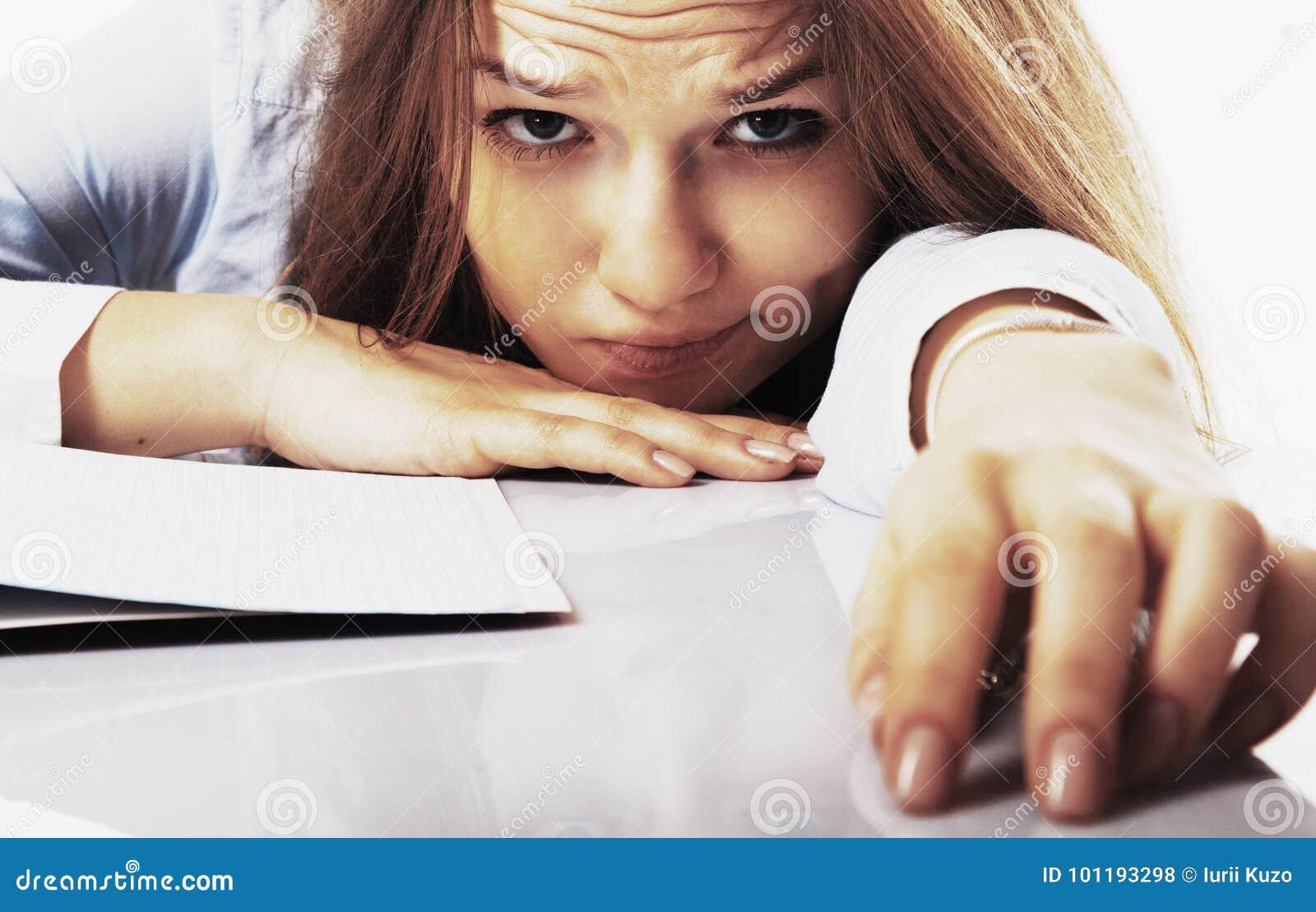 Je veux dormir la jeune femme d affaires a fatigué de l esprit de