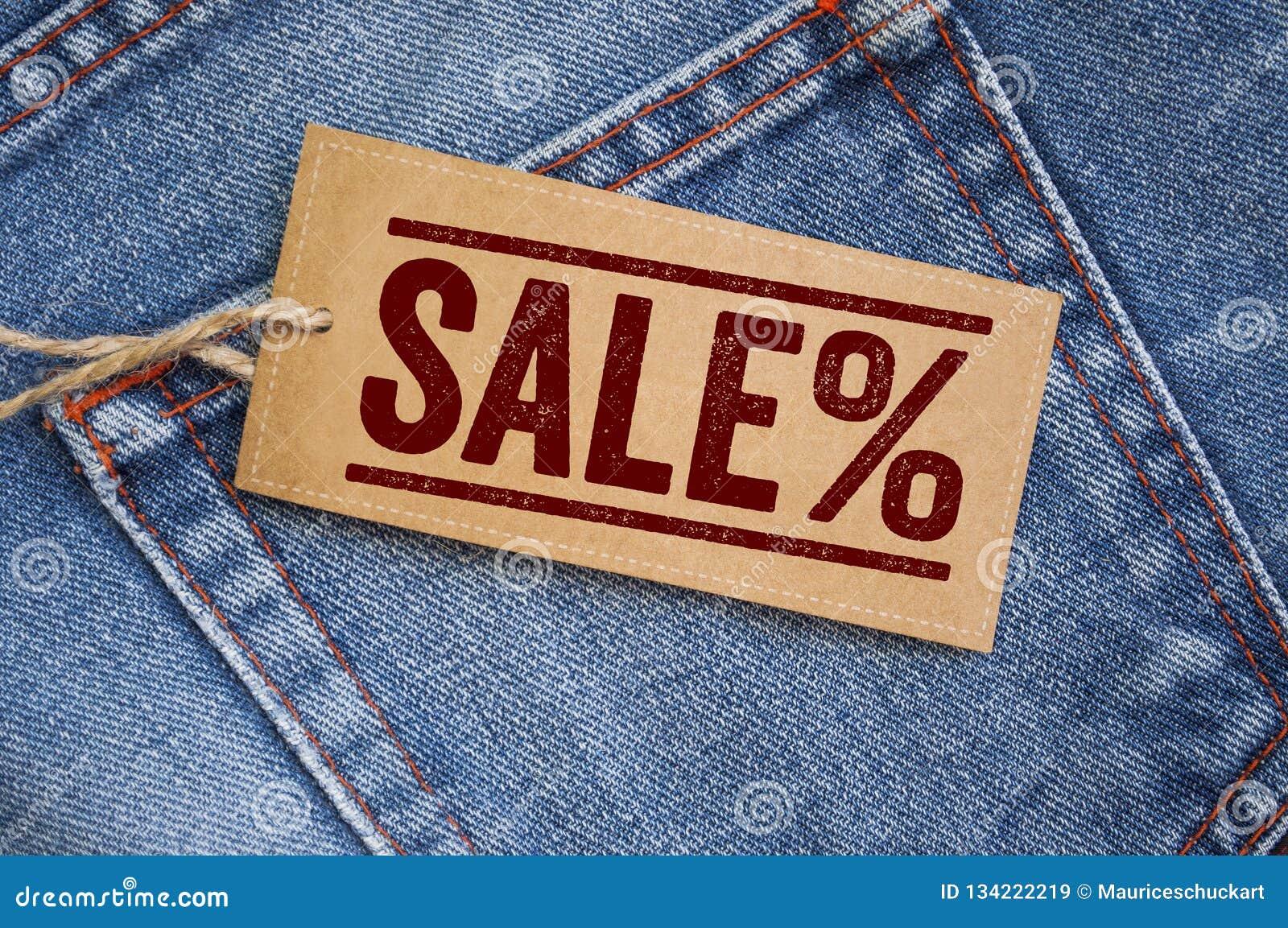 Jeans bleus de denim avec des étiquettes