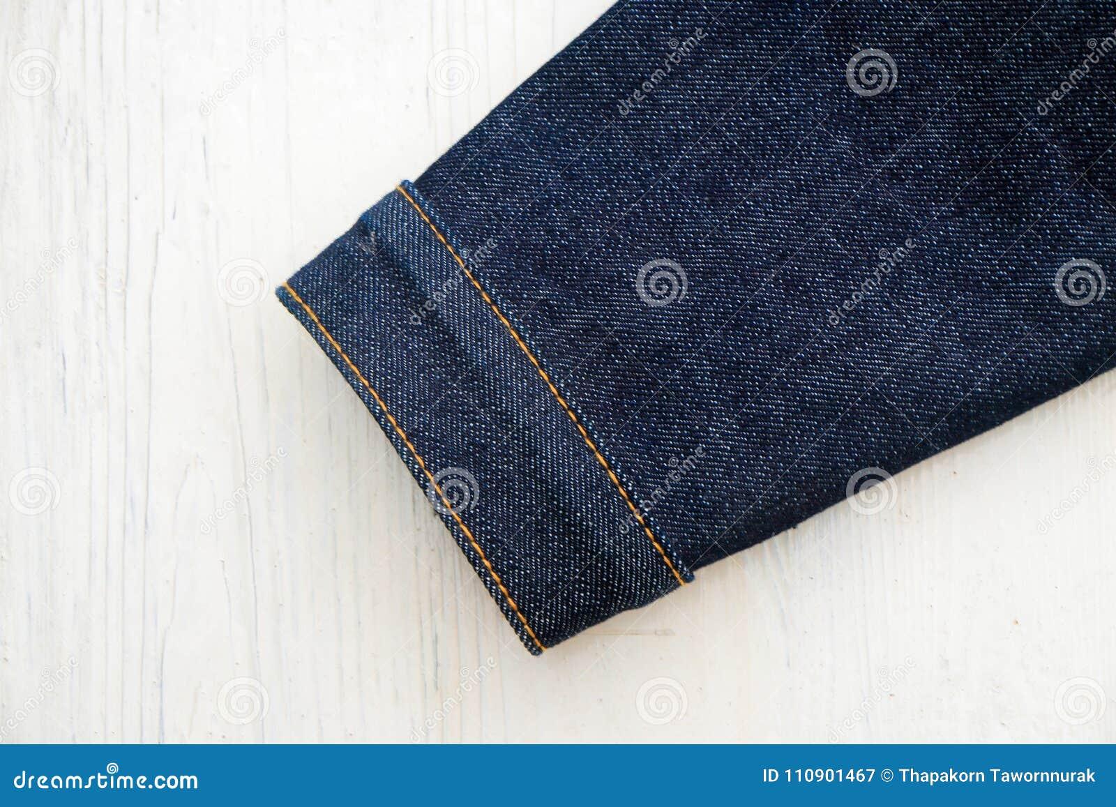 Jeans de denim sur en bois