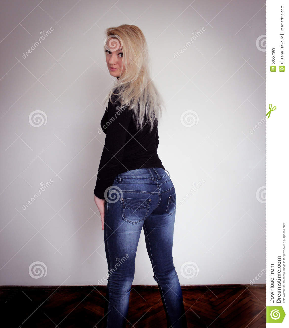 Jeans de port blonds image stock. Image du attrayant - 50557383 96193be96cb