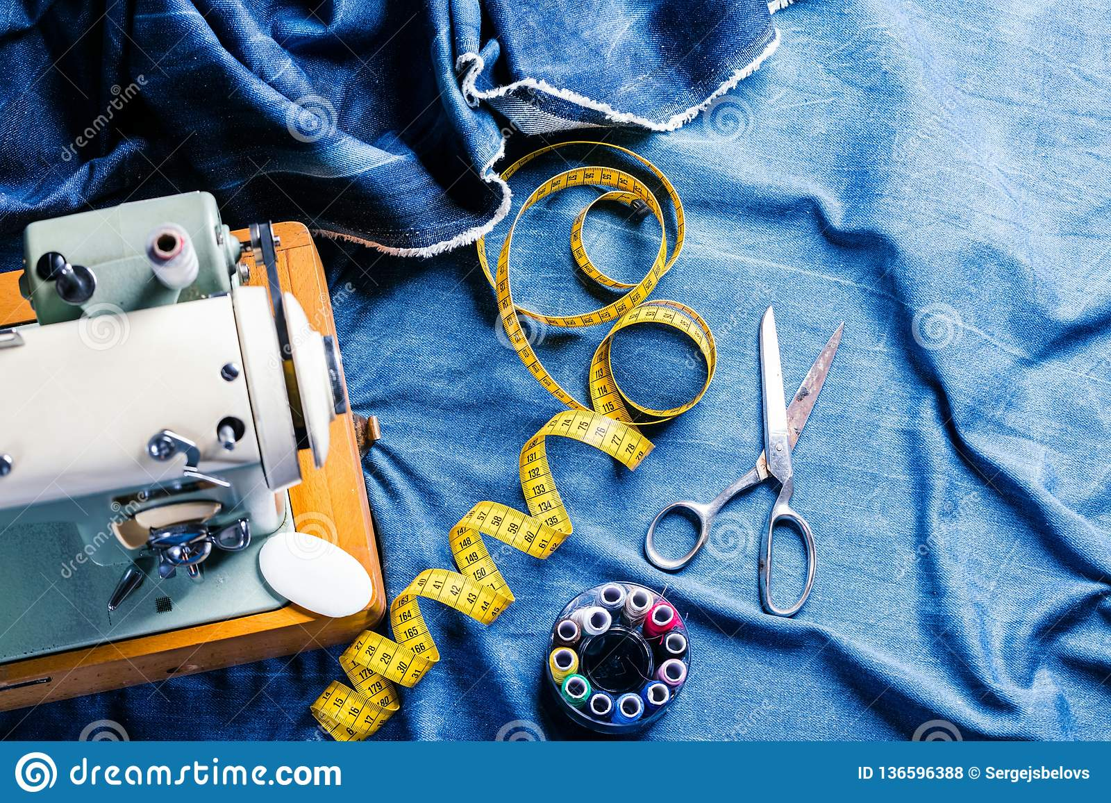 Jeans di cucito del denim dell indaco con la macchina per cucire, concetto industriale dell indumento