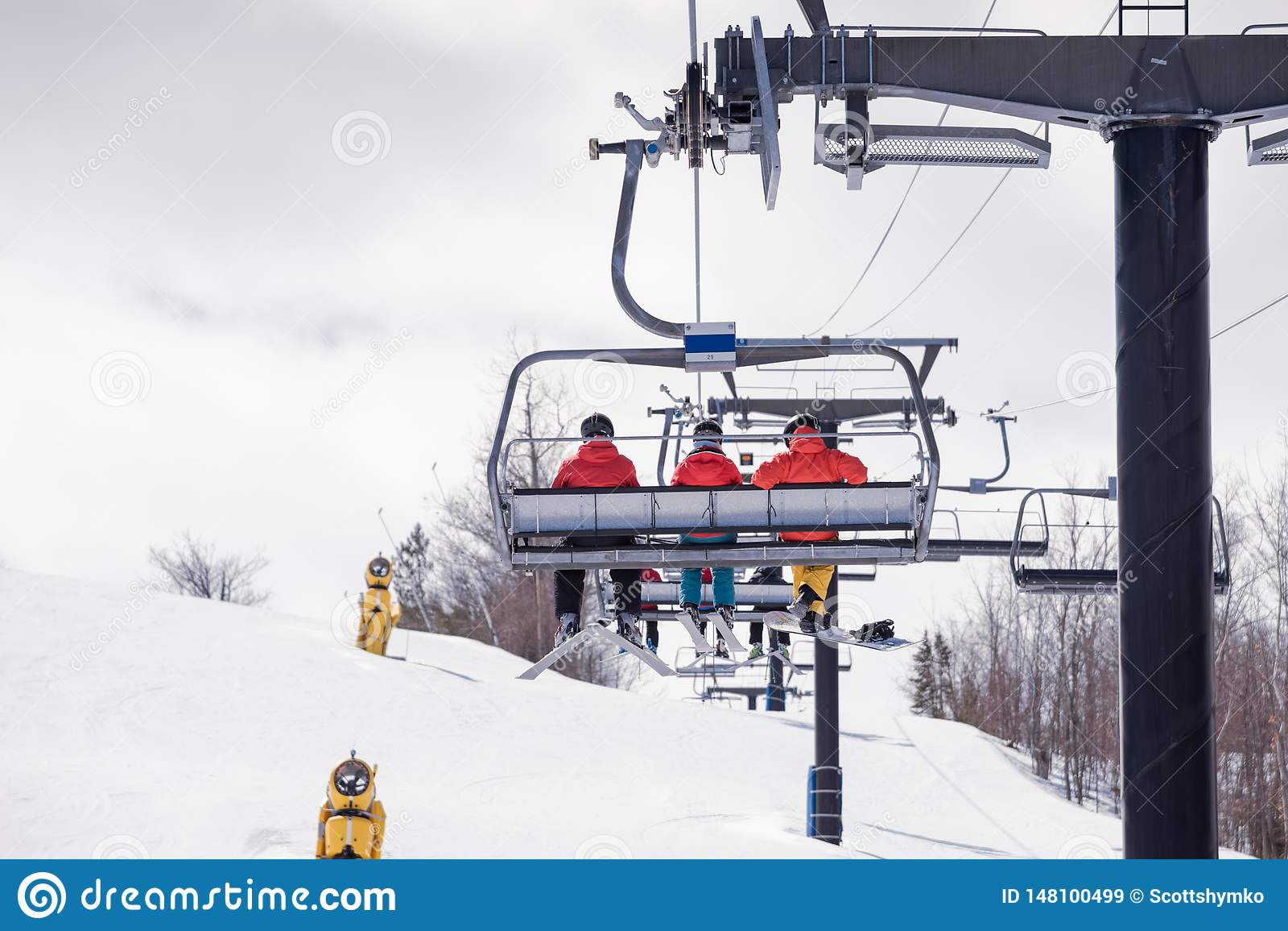 Jechać chairlift przy narciarskim wzgórzem