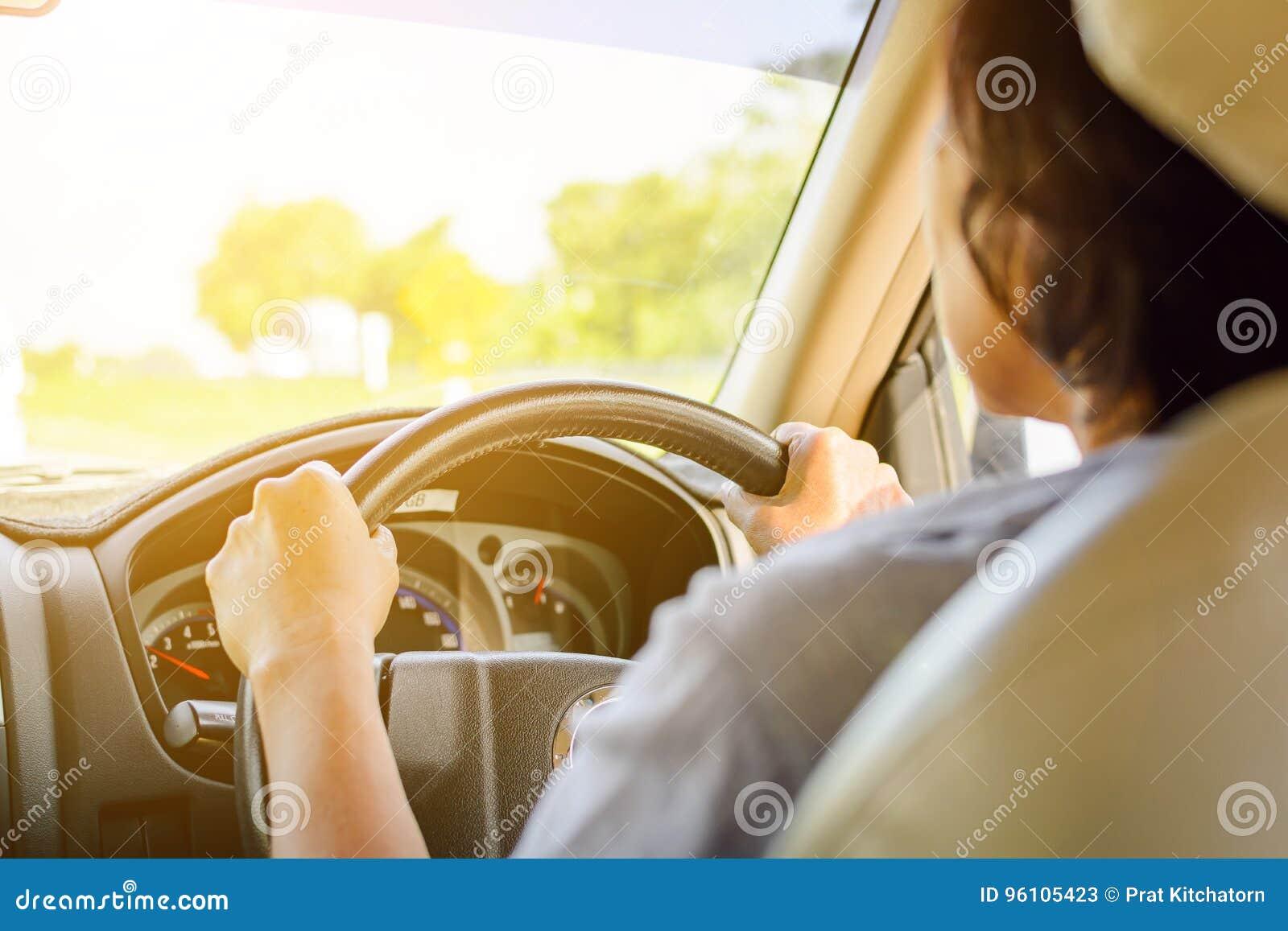 Jechać na wycieczkach samochodowych i ruch drogowy dla bezpieczeństwa
