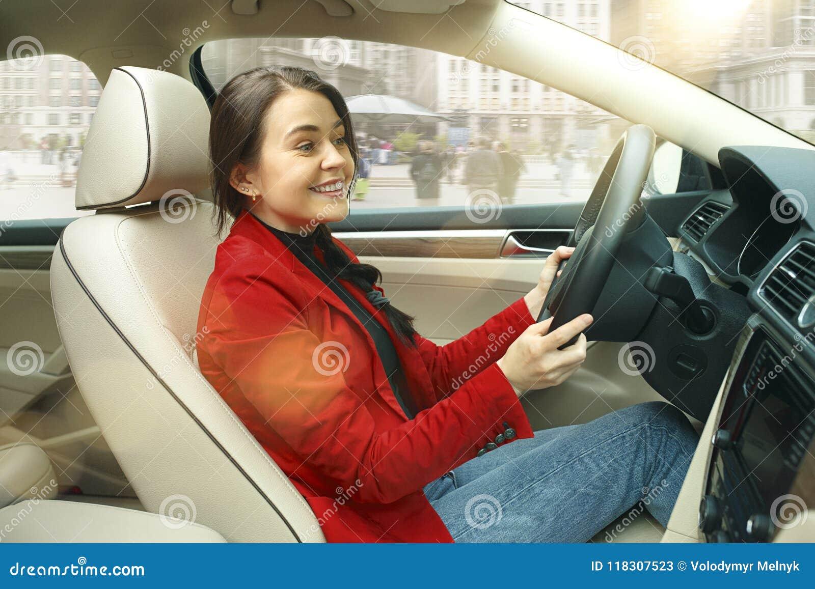 Jechać wokoło miasta Młoda atrakcyjna kobieta jedzie samochód