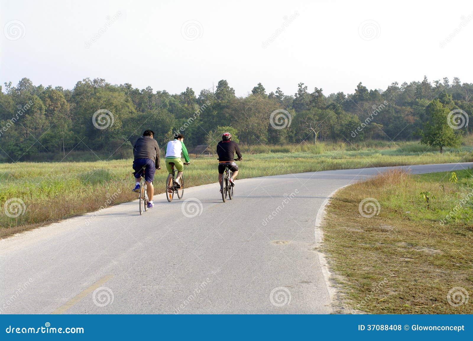 Download Jechać rower na drodze zdjęcie stock editorial. Obraz złożonej z rower - 37088408