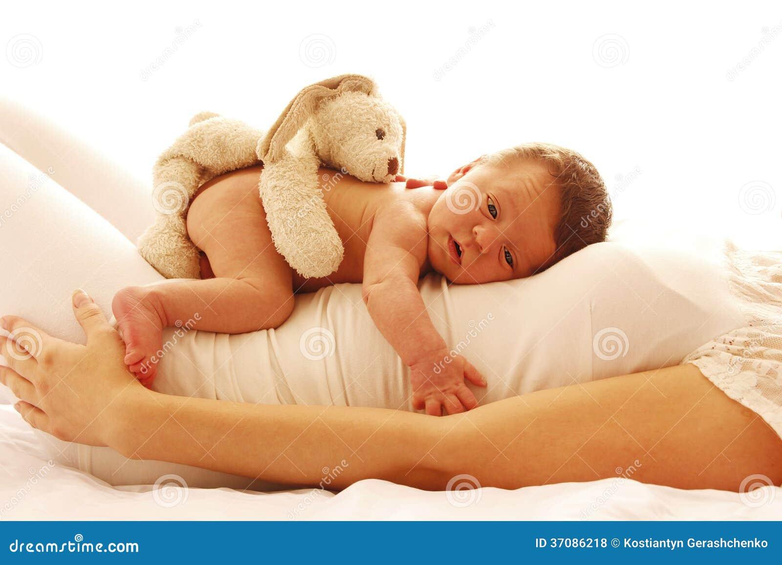 Download Jeden śliczny Mały Nowonarodzony Dziecka Lying On The Beach Na Jego Mamie Zdjęcie Stock - Obraz złożonej z lyme, odczucia: 37086218