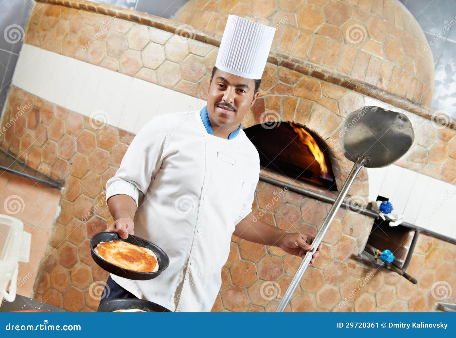 Arabski piekarniany szef kuchni robi pizzy