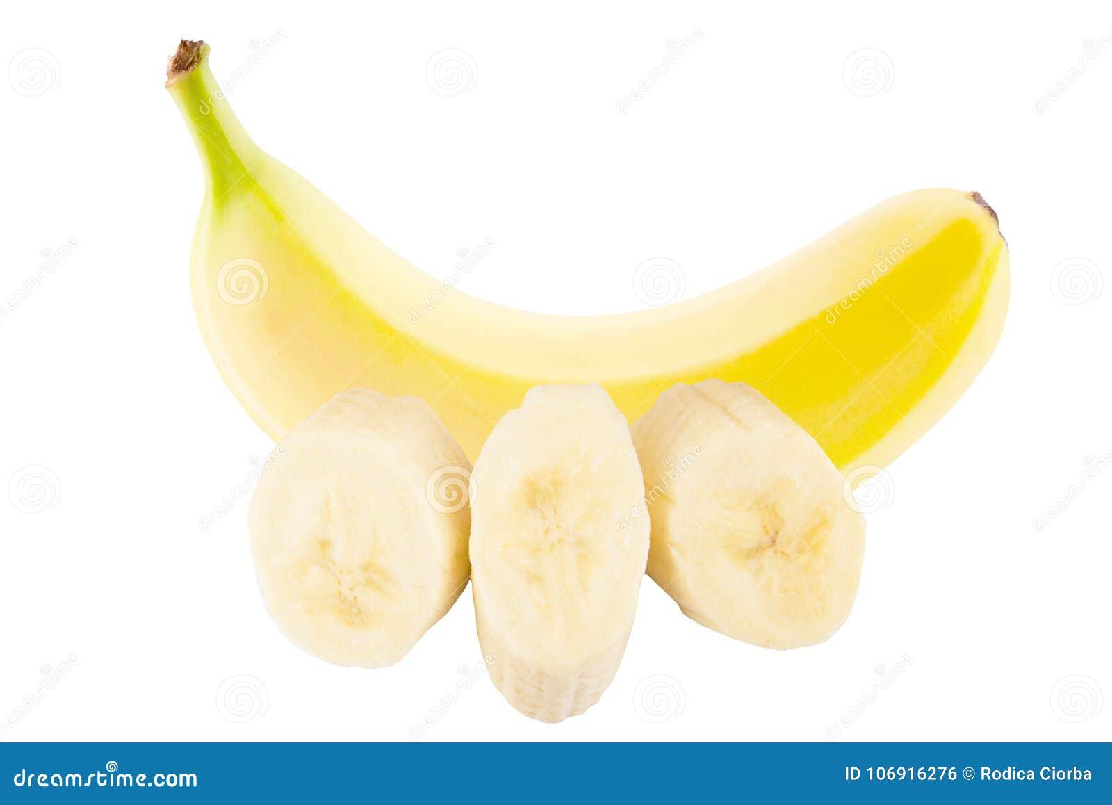 Jeden cały świeży banan i plasterki na białym tle