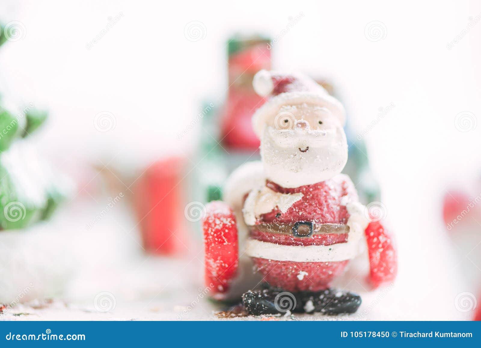 Jeden ceramiczny Santa Claus Wesoło bożych narodzeń tekst na opadu śniegu tle Uroczy Wesoło boże narodzenia i Szczęśliwy nowy rok