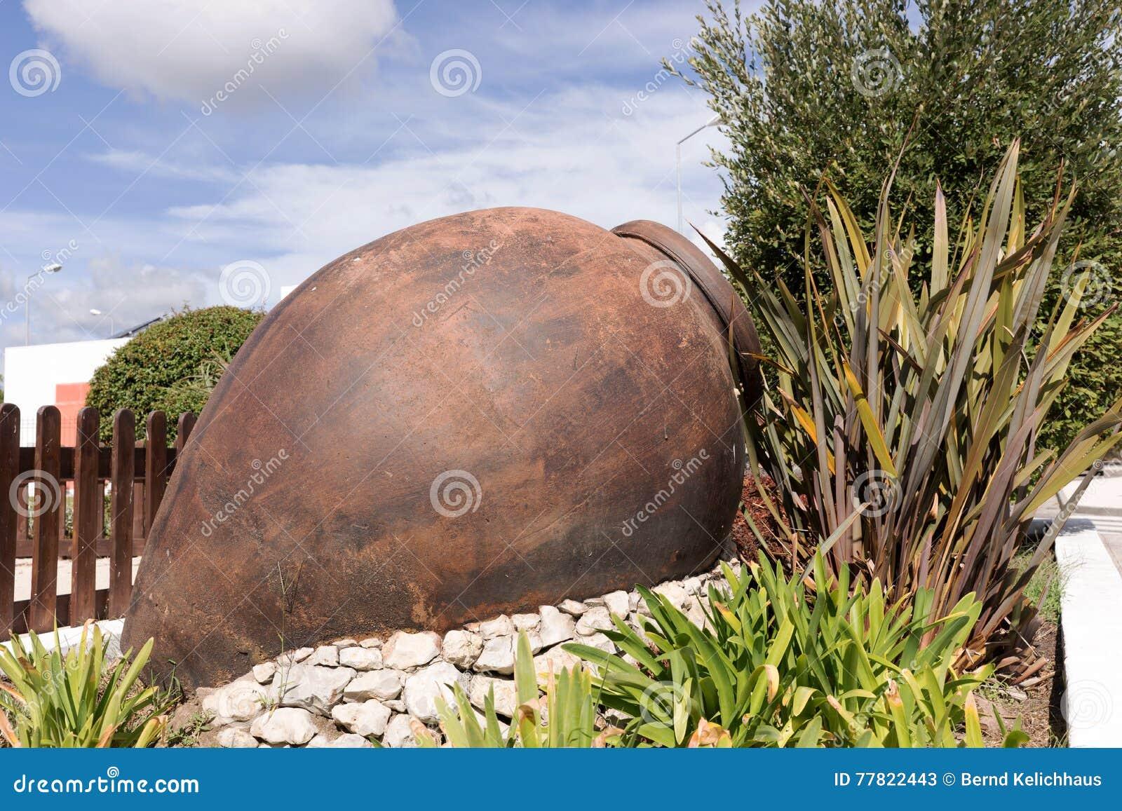 Jeden duży antyczny ceramiczny garnek