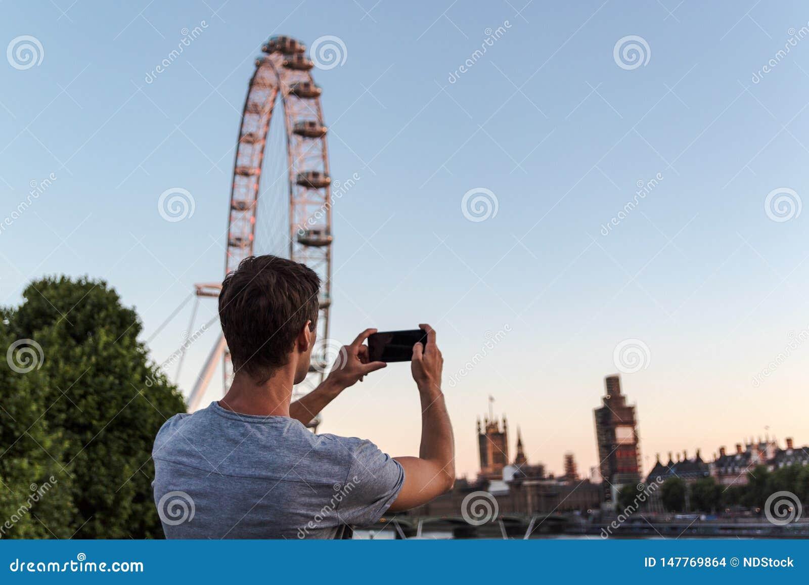 Jeden młody człowiek bierze obrazek big ben podczas odświeżania