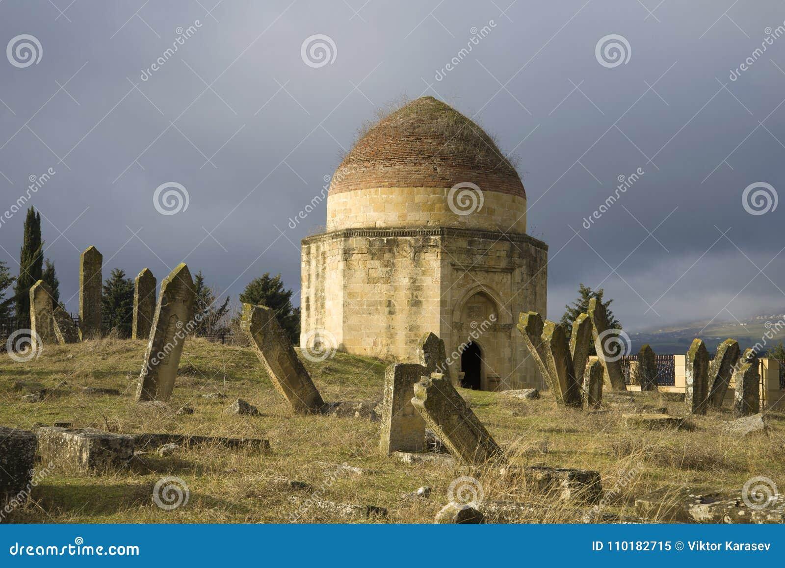 Jeden mauzoleumy Yeddi Gumbes kompleks przy antycznym Muzułmańskim cmentarzem Shemakha, Azerbejdżan
