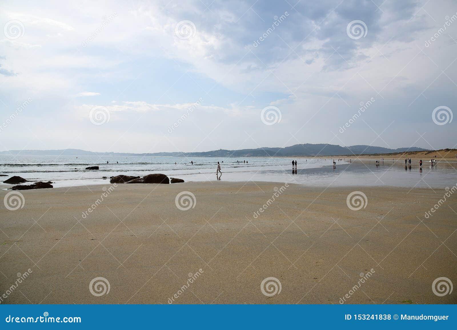 Jeden piękne plaże Gdy słońce ustawia zmierzch jarzy się na, macha ar, i horyzoncie wiatrze morze tutaj jest spokojny