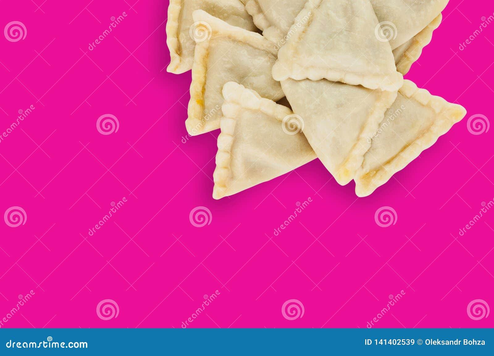 Jeden rozsypisko przygotowany vareniki z serem, mięsem lub kapustą na różowym tle gruli lub chałupy