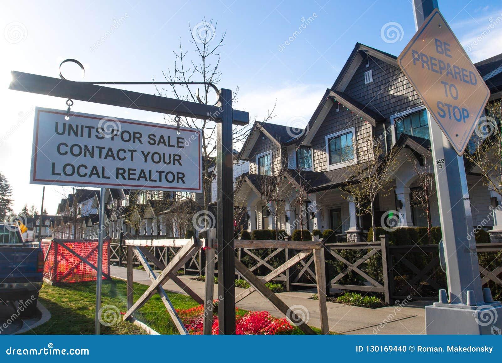 Jednostki dla sprzedaży kontaktują się twój lokalnego pośrednik handlu nieruchomościami śpiewają Przed domem w mieszkaniowym sąsi