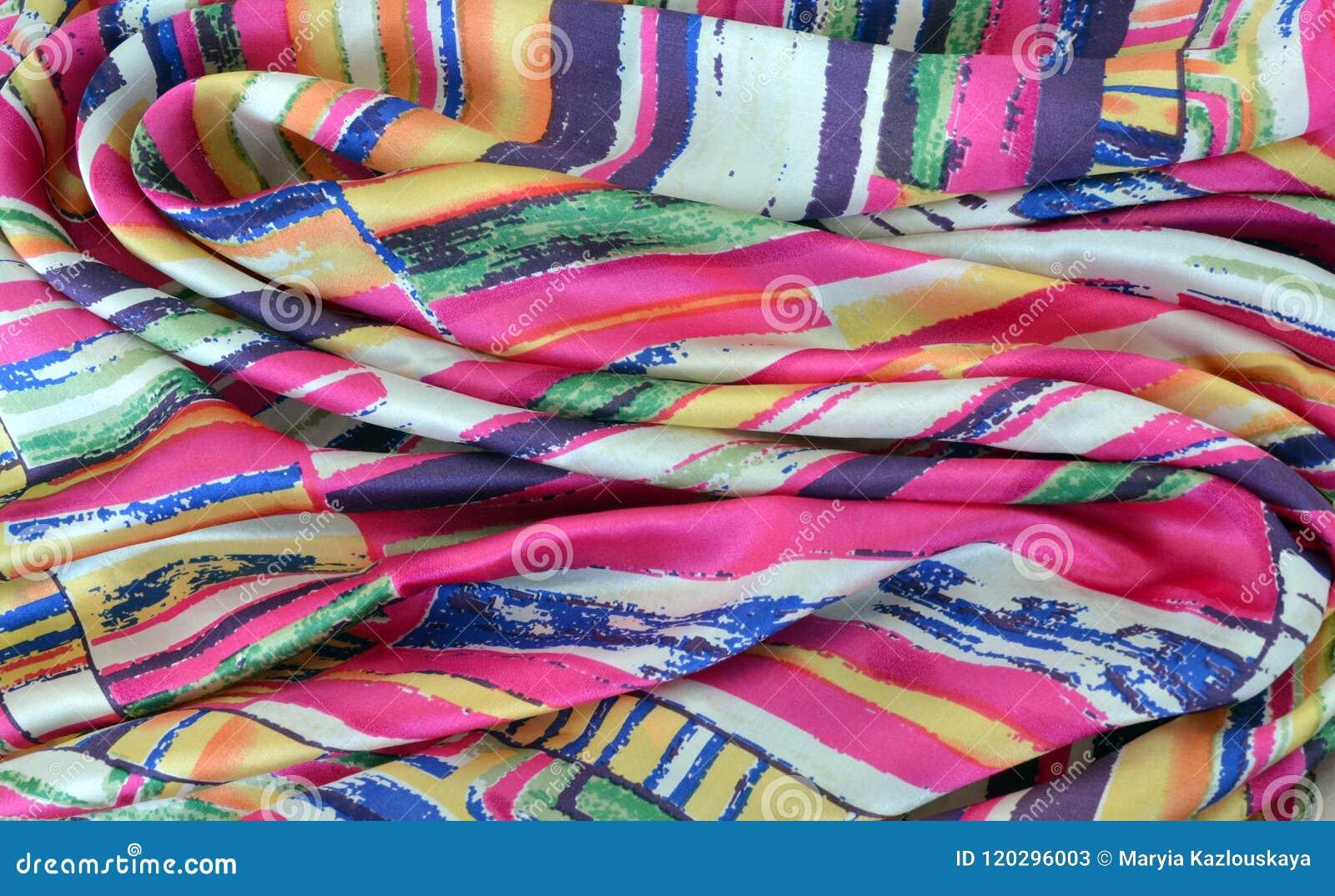Jedwabniczy szalik z malowniczymi fałdami