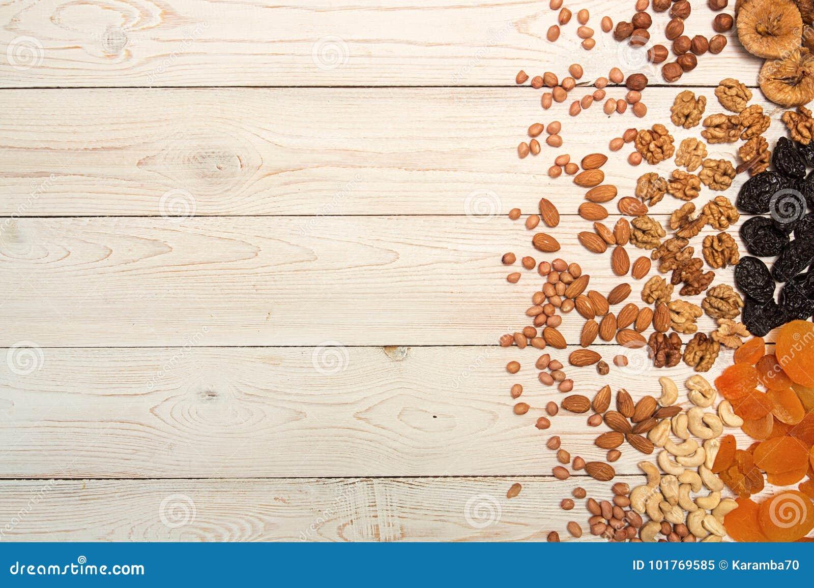 Jedzenia ramowy tło z wysuszonymi owoc i dokrętkami: przycina, aprico