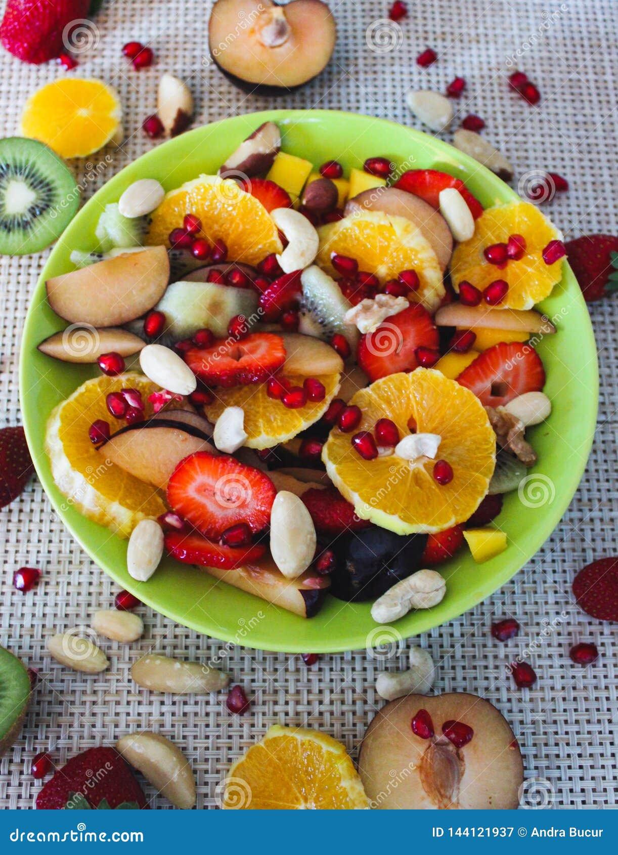 Jedzenia winogron owocowy pomarańczy wegetarianin porcelanowa sałatkę