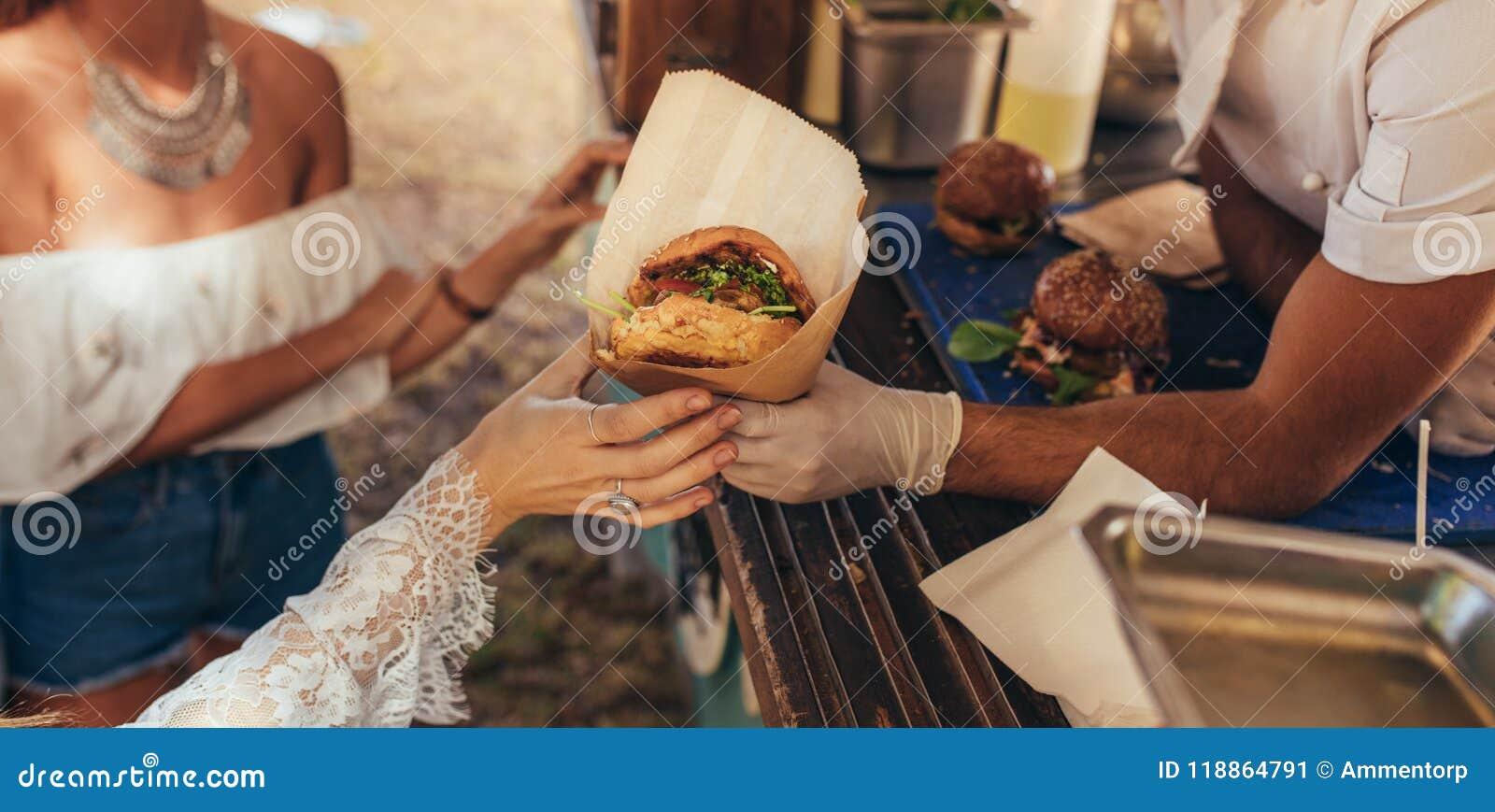 Jedzenie ciężarowy hamburger