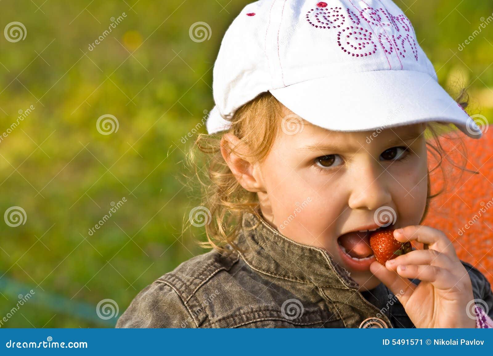 Jedzenie jagodowi dzieciaka young