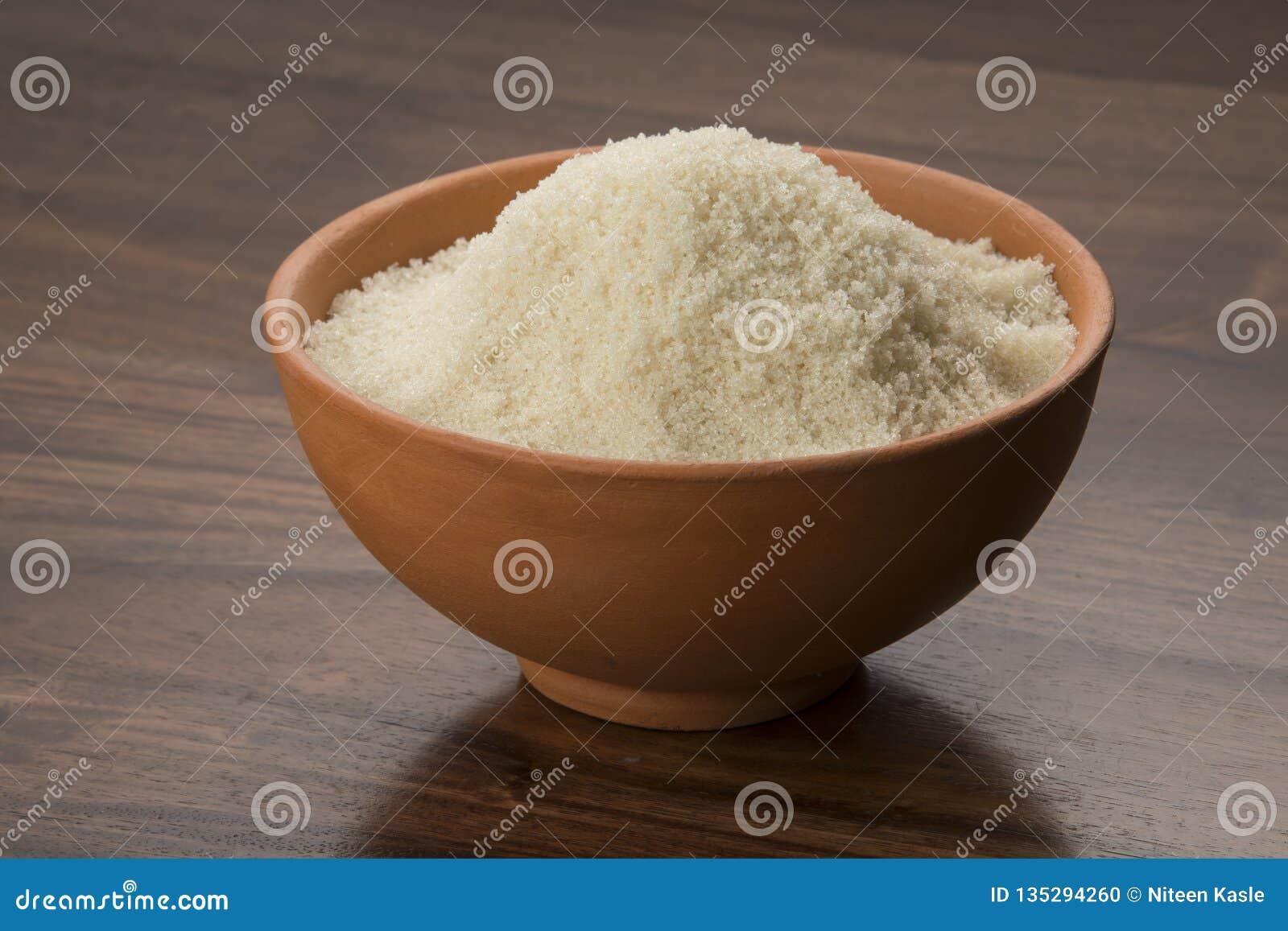 Jedzenie: Surowy Unrefined trzcina cukier w Earthen pucharze na Drewnianym tle Strzelającym w studiu
